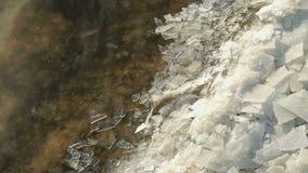Las masas de hielo flotante de hielo flotan cerca de orilla Corrientes ocultas calientes almacen de video