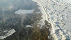 Las masas de hielo flotante de hielo flotan cerca de orilla Corrientes ocultas calientes almacen de metraje de vídeo