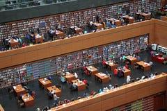 Las masas son libros de lectura en la biblioteca de China nacional. Fotos de archivo libres de regalías