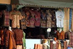 Las materias textiles hacen compras, Palembang, Sumatera, Indonesia Imagenes de archivo