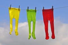Las medias de los niños se secan en una cuerda Fotografía de archivo libre de regalías
