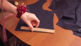 Las medidas de la costurera con una cinta del centímetro almacen de metraje de vídeo