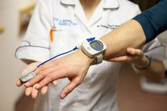 Las medidas de la enfermera los pacientes pulsan imagen de archivo