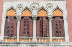 Las mejores ventanas de la ciudad hermosa de Venecia foto de archivo