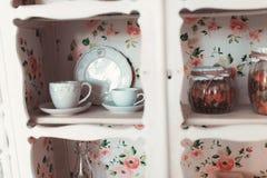Las mentiras blancas de la maleta del vintage se abren en el piso en el cuarto Fotos de archivo libres de regalías