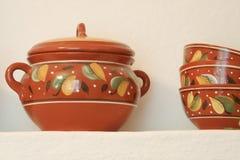 Las mercancías de cerámica están en el estante Trabajo hecho a mano fotos de archivo libres de regalías