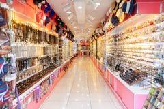 Las mercancías del recuerdo cuelgan en una tienda en Alanya foto de archivo libre de regalías