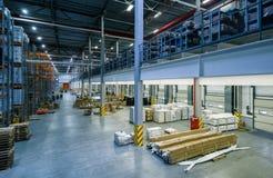 Las mercancías industriales están en el almacén grande Fotografía de archivo