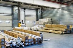 Las mercancías industriales están en el almacén grande Fotos de archivo