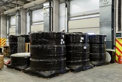 Las mercancías industriales están en el almacén grande Fotos de archivo libres de regalías