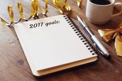 Las metas de la visión superior 2017 enumeran con el cuaderno, taza de café Fotografía de archivo libre de regalías