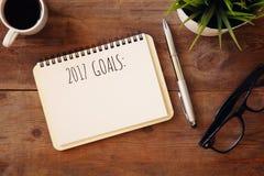 Las metas de la visión superior 2017 enumeran con el cuaderno, taza de café Imágenes de archivo libres de regalías
