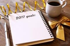 Las metas de la visión superior 2017 enumeran con el cuaderno, taza de café Imagenes de archivo
