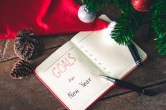 Las metas del Año Nuevo con las decoraciones coloridas Fotos de archivo libres de regalías