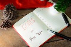 Las metas del Año Nuevo con las decoraciones coloridas Imagen de archivo libre de regalías