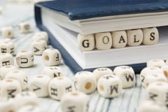 Las metas redactan escrito en el bloque de madera Imagenes de archivo