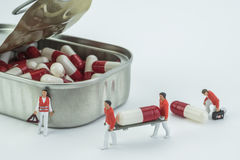 Las mini enfermeras de los modelos transportan una cápsula en ensanchador foto de archivo libre de regalías