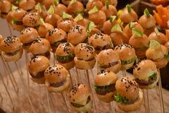 Las mini hamburguesas van de fiesta los alimentos de preparación rápida imagen de archivo libre de regalías