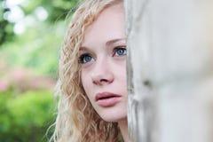 Las miradas de la muchacha Imagenes de archivo