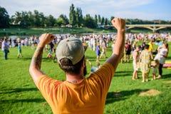 Las miradas les gusta nosotros tienen un ganador Inconformista que hace gesto del ganador el día de verano Hombre feliz del ganad imagen de archivo libre de regalías