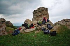 Las mochilas del turista dispersaron en la tierra encima de una montaña Imágenes de archivo libres de regalías