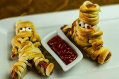 Las momias de la salchicha en la celebración asustadiza de la comida de Halloween de la pasta van de fiesta foto de archivo