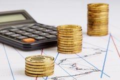 Las monedas almacenan el levantamiento, calculadora en las cartas financieras Imágenes de archivo libres de regalías
