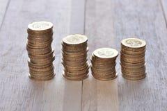 Las monedas apilan en fila Imagen de archivo