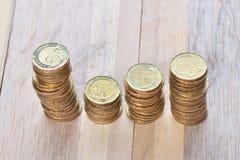 Las monedas apilan en fila Imágenes de archivo libres de regalías