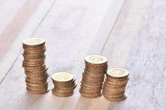 Las monedas apilan en fila Fotos de archivo libres de regalías