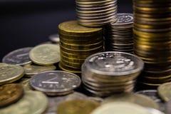 Las monedas apilan en fondo negro en pared del concepto y moneycoins fuertes en un fondo negro fotografía de archivo libre de regalías