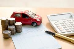 Las monedas apilan en las columnas, libro de ahorro, coche Finanzas y co de la actividad bancaria Fotografía de archivo