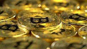 Las monedas de Bitcoin hacen girar en un círculo y rielan Cierre para arriba almacen de metraje de vídeo