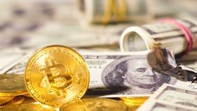 Las monedas de la cámara lenta pertenecen a la moneda de Bitcoin en el dólar ardiente almacen de metraje de vídeo
