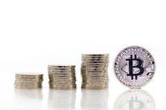 Las monedas de la pila aumentan llano para arriba, Bitcoin al lado de monedas de la pila usando como concepto del negocio Fotos de archivo