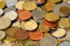 Monedas de los países diferentes imagen de archivo