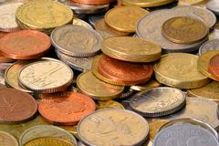 Monedas de los países diferentes fotografía de archivo