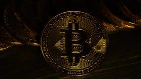 Las monedas de oro de Bitcoin brillan y rielan en el efecto del estroboscópico de la luz del centelleo Cierre para arriba almacen de metraje de vídeo
