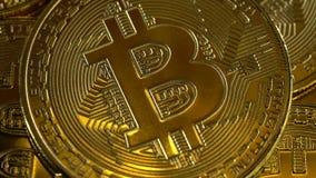 Las monedas de oro del bitcoin de Cryptocurrency giran suavemente en un círculo Cierre para arriba almacen de video