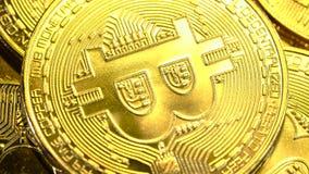 Las monedas de oro del efectivo de Bitcoin giran suavemente en un círculo Cierre para arriba almacen de metraje de vídeo