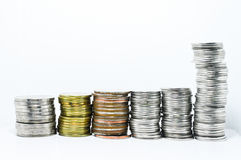Las monedas de plata alinean en vertical Fotos de archivo libres de regalías