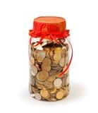 Las monedas en un tarro ejercen la actividad bancaria como regalo Imagenes de archivo