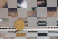 Las monedas euro en espejo reflejan mentiras de la cartera en la denominación de bambú de madera del fondo de la tabla isten envi Imágenes de archivo libres de regalías