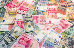 Las monedas importantes del mundo como fondo del dinero fotografía de archivo