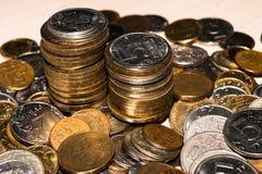 Las monedas rusas de diversas denominaciones están en un montón en la tabla, pilas de monedas conmemorativas imagen de archivo
