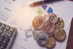 Las monedas se colocan en el documento del área de financiero sobrepuesto en t imagenes de archivo