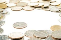 Las monedas tailandesas de la ventaja fueron rodeadas por las monedas del baht tailandés Imagen de archivo libre de regalías