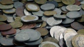 Las monedas viejas vierten en pila almacen de metraje de vídeo
