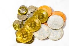 Las monedas y Bitcoins Cryptocurrency del dólar de Singapur acuña en pizca imagen de archivo
