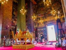 Las monjas están cazando en el templo antiguo grande con el atril tailandés Imágenes de archivo libres de regalías